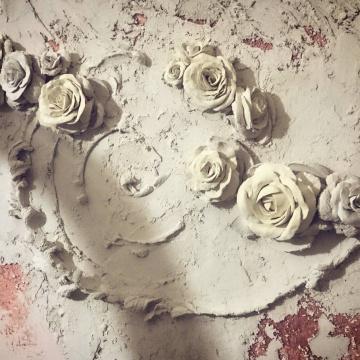 Цветы розы • барельеф на стене в кухне
