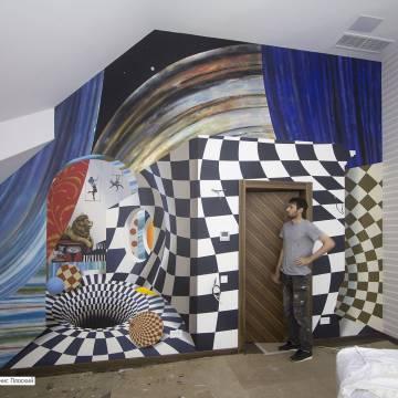 Абстрактная роспись стены в кинозале